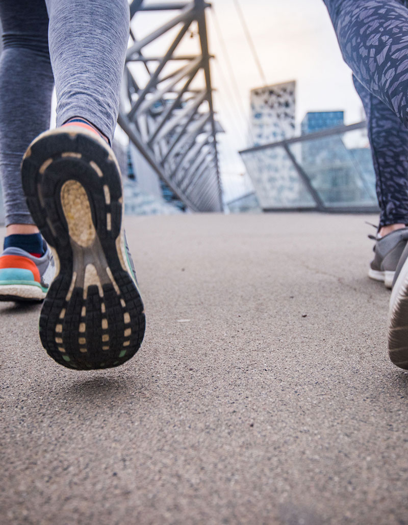 to jenter løper med løpsinnlegg
